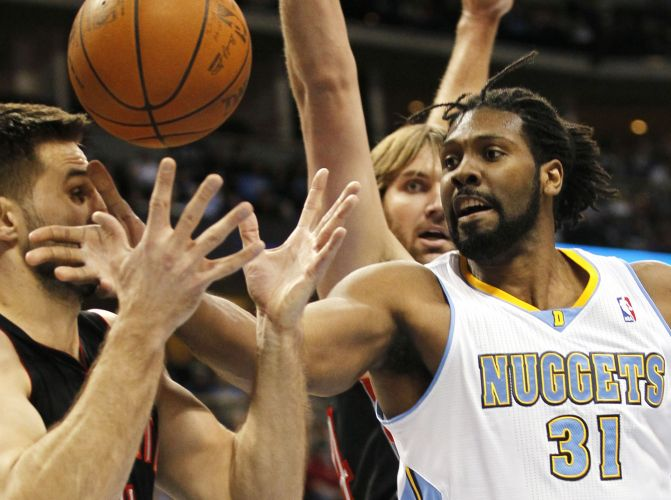 Nenê (d) se destacou na vitória do Denver Nuggets sobre o Toronto Raptorspor 96 a 81. O brasileiro conseguiu um duplo-duplo: marcou 20 pontos e pegou dez rebotes.