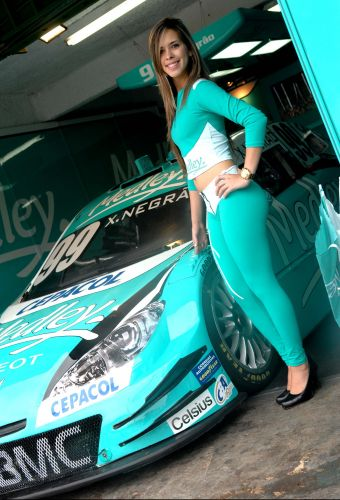 Grid girl Anucha faz pose para foto  frente do carro de Xandinho Negro