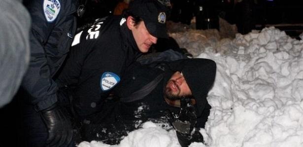Nesta sexta-feira (11/12), polícia derruba manifestante contra os Jogos de Inverno em Vancouver; abertura do evento será em 12 de fevereiro