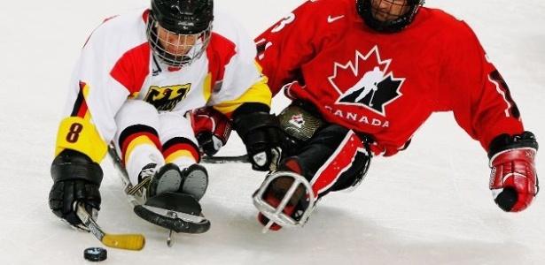 Hóquei sobre trenó, ou sled hockey, modalidade das Paraolimpíadas de Inverno