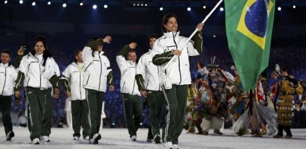 Isabel Clark carrega a bandeira durante a entrada dos atletas brasileiros na cerimônia de abertura dos Jogos Olímpicos de Inverno de Vancouver-2010