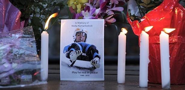 Torcedores fazem homenagem ao georgiano Nodar Kumaritashvili, do luge, que morreu em acidente nesta sexta-feira, em treino do luge