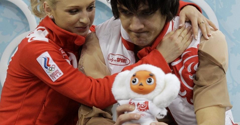 Patinador cai em apresentação nos Jogos de Inverno e é consolado por parceira