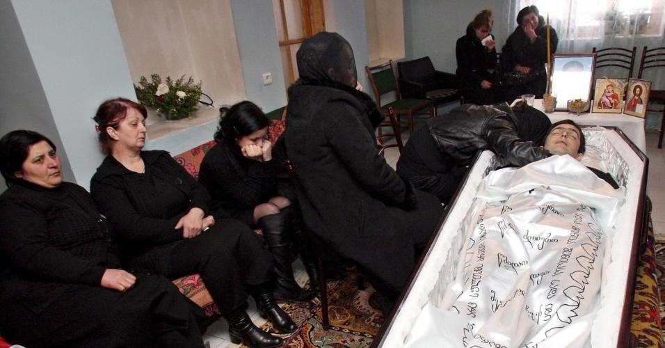 Familiares de Nodar Kumaritashvili velam o corpo do atleta do luge, morto durante treino da modalidade para os Jogos Olímpicos de Inverno