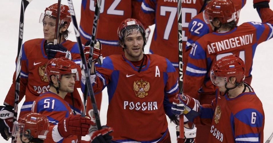 Russos comemoram a vitória por 8 a 2 contra a Letônia, na estreia do hóquei masculino; Ovechkin (centro) marcou dois