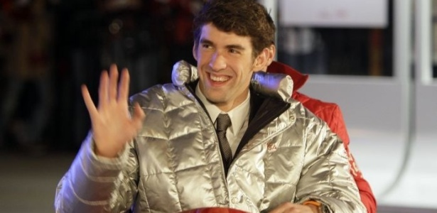 Michael Phelps se diverte em bobsled durante sua visita a Vancouver