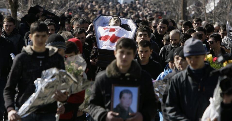 Funeral do atleta de luge Nodar Kumaritashvili é carregado por centenas de georgianos