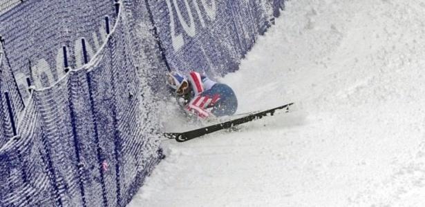 A esquiadora americana Lindsey Vonn cai na prova do slalom gigante em Vancouver