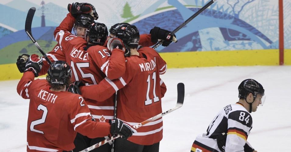 Canadenses comemoram a vitória sobre a Alemanha no hóquei no gelo