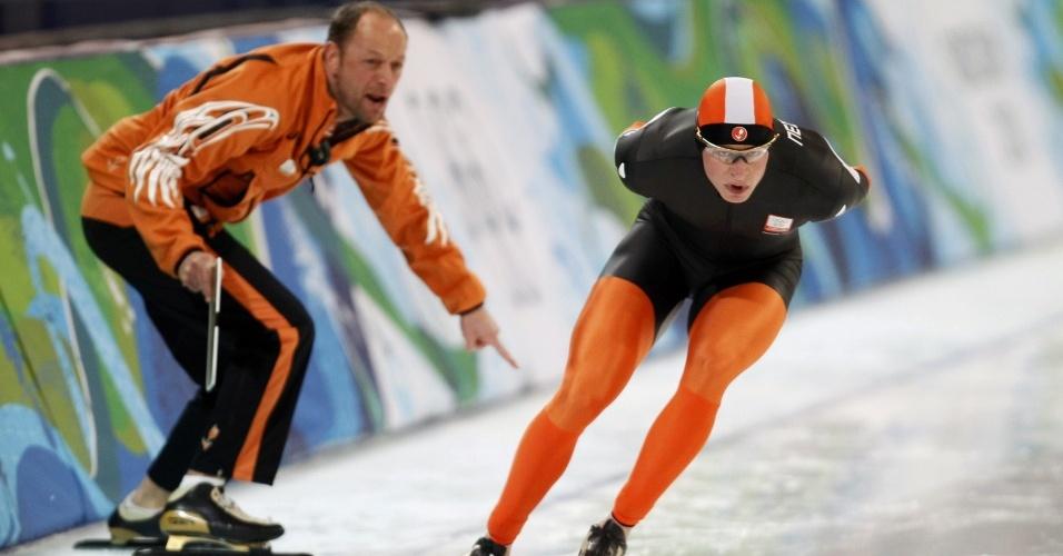 Holandês Sven Kramer recebe instrução do técnico; ele foi desqualificado dos 10.000 m na patinação de velocidade
