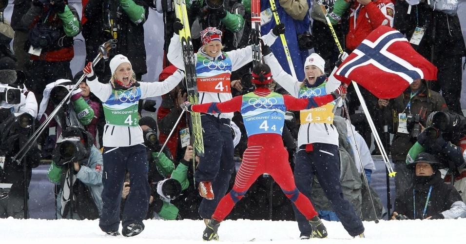 Norueguesas celebram vitória no revezamento 4x5 do cross-country feminino