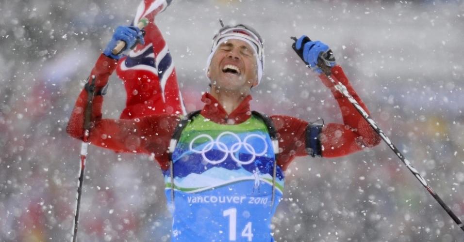O norueguês Ole Einar Bjoerndalen comemora vitória no biatlo revezamento 4 x 7,5 km