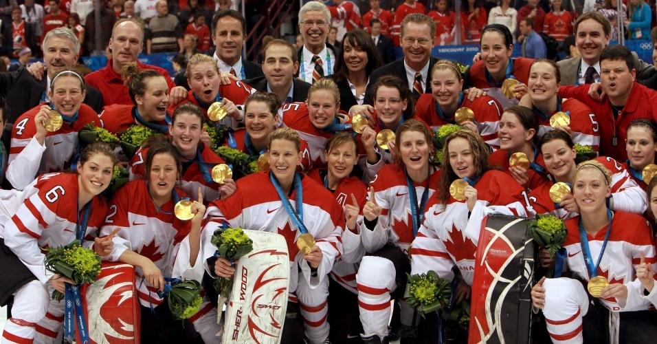Seleção feminina de hóquei do Canadá comemora o ouro sobre os EUA