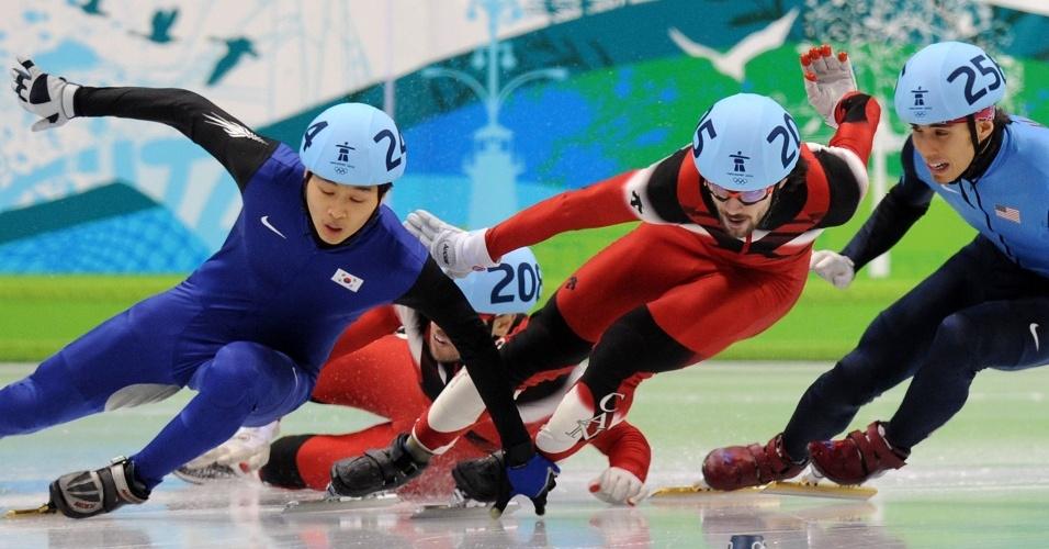 Apolo Ohno (d) empurra canadense e é desclassificado da final dos 500 m; ouro foi de Charles Hamelin, do Canadá
