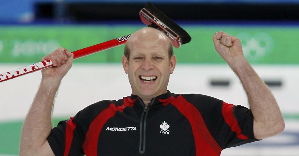 Capitão do Canadá comemora o ouro no curling
