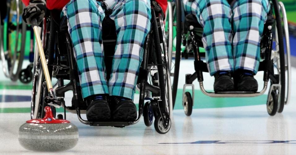 Rune Lorentsen e Lene Tystad, da Suécia, disputam curling em cadeira de rodas na Paraolimpíada de Vancouver