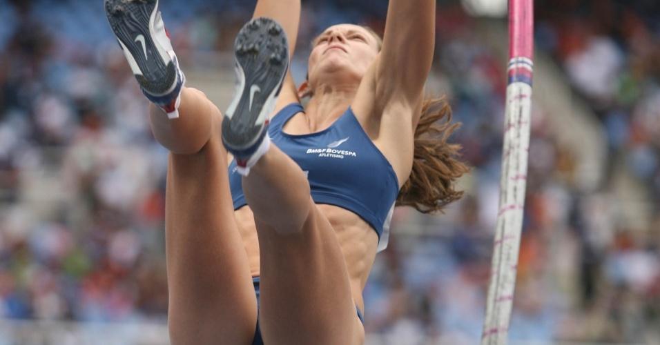 Fabiana Murer salta durante meeting de atletismo na Polônia