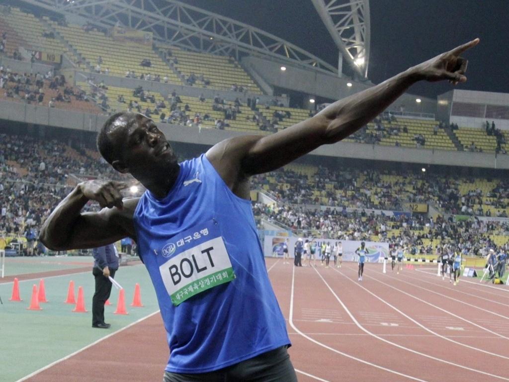 Bolt faz seu famoso gesto após mais uma medalha de ouro, desta vez na Coreia do Sul, pelos 100 m rasos