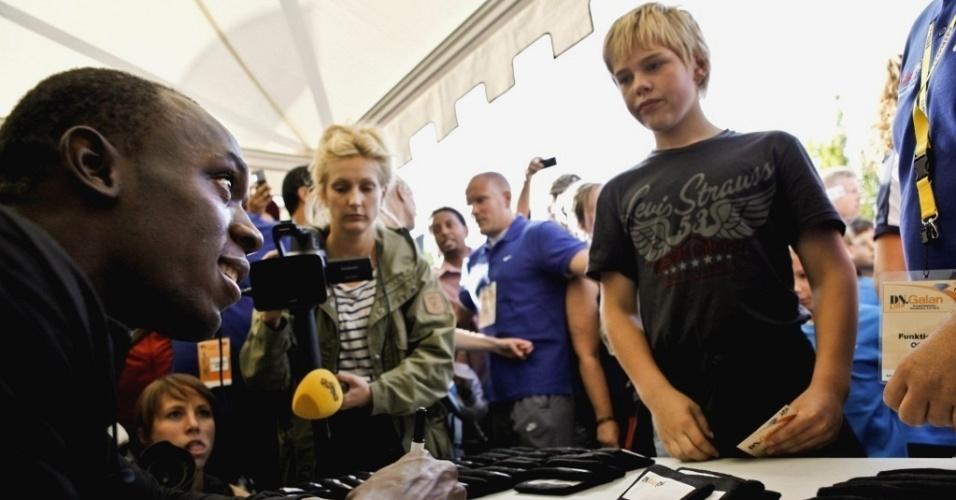 Usain Bolt distribui autógrafos para fãs e jovens atletas em Estocolmo.