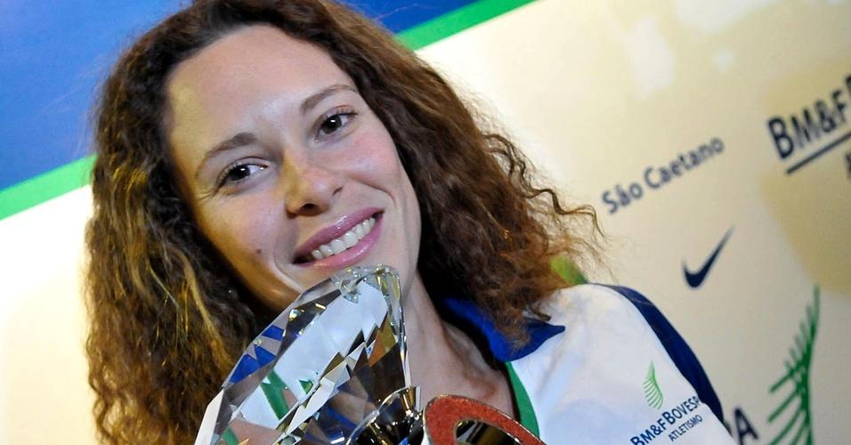 Fabiana Murer mostra o troféu da Liga de Diamante