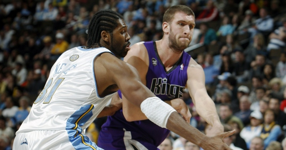 Nenê disputa a bola para os Nuggets contra os Kings