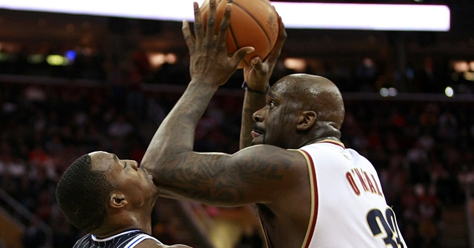 Shaquille O?Neal e Dwight Howard disputam bola em jogo dos Cavaliers contra o Magic