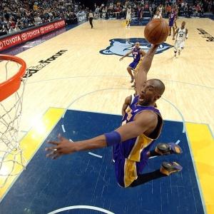 Kobe Bryant enterra em vitória do Los Angeles Lakers sobre o Memphis Grizzlies