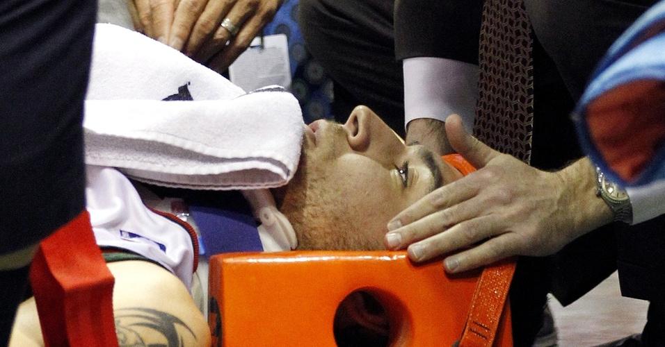 Carlos Delfino, do Milwaukee Bucks, é atendido ao sofrer queda na partida contra o Miami Heat
