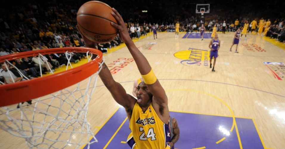 Kobe Bryant, do Los Angeles Lakers, enterra durante vitória sobre o Phoenix Suns
