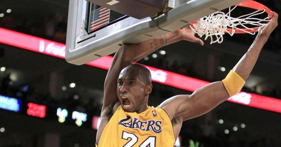 Kobe Bryant enterra bola na vitória dos Lakers sobre os Suns no jogo 1 da final da Conferência Oeste da NBA