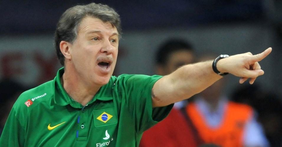 Técnico da seleção brasileira Ruben Magnano orienta a equipe