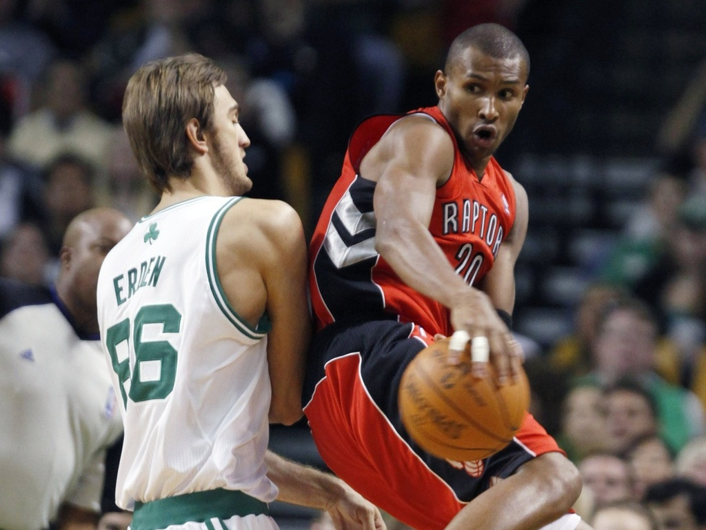 Leandrinho, do Toronto Raptors, enfrenta o Boston Celtics