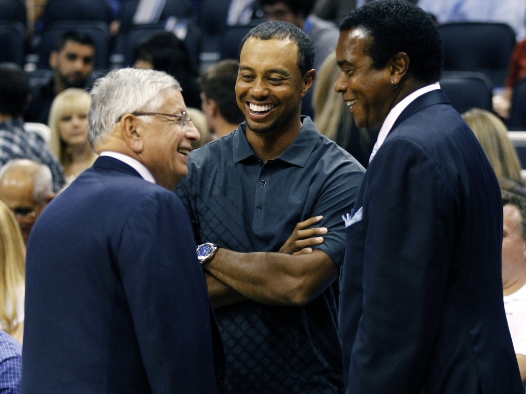 Tiger Woods assiste à partida entre Orlando Magic e Washington Wizards com o comissário da NBA, David Stern