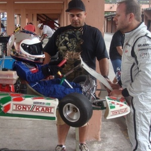 Rubens Barrichello leva os filhos para andar de kart
