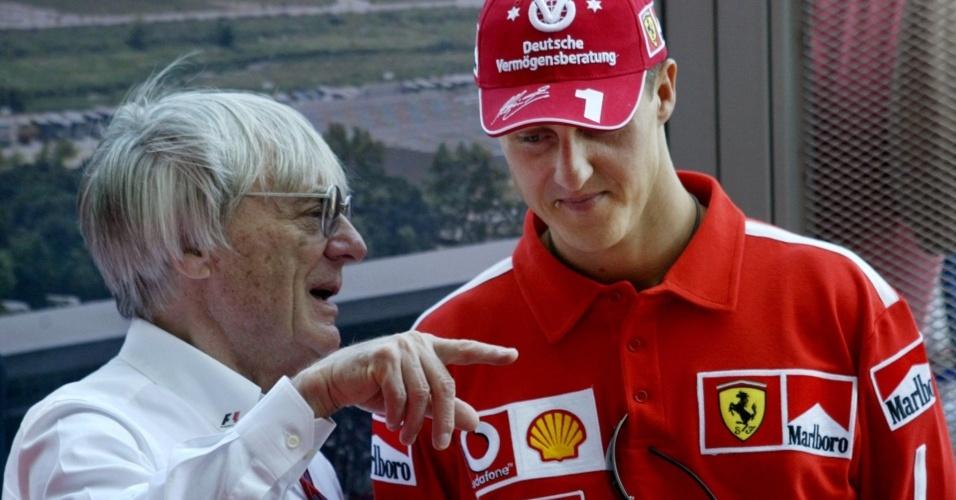 Chefe da F-1, Bernie Ecclestone conversa com Michael Schumacher