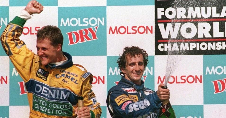 Alain Prost comemora a vitória no GP de Montréal de 1993, ao lado de Michael Schumacher