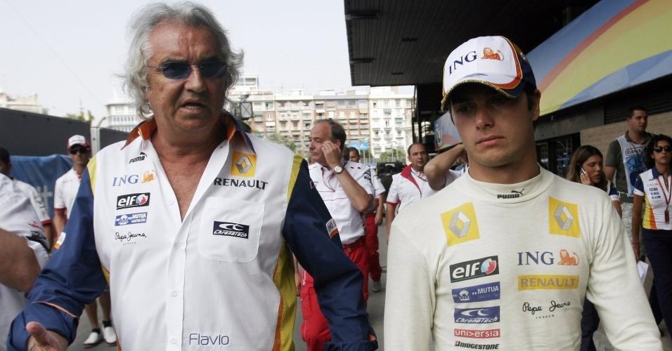 Flavio Briatore conversa com Nelsinho Piquet nos boxes da Renault em 2008