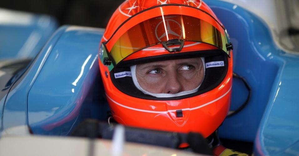 Michael Schumacher no cockpit de um GP2 durante testes privados em Jerez de la Frontera