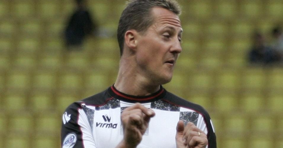Schumacher joga futebol em Mônaco, em 2008