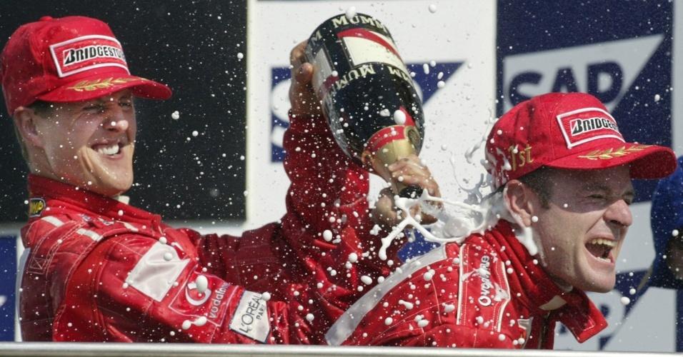 Schumacher e Barrichello comemoram no pódio pela Ferrari em 2002