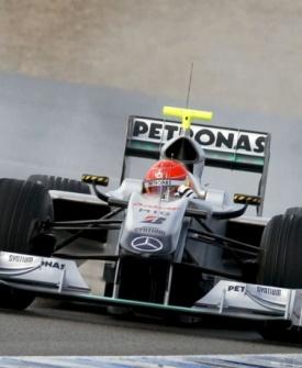 Michael Schumacher (d) e Lewis Hamilton se encontram em teste da pré-temporada