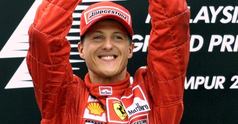 Michael Schumacher exibe troféu após vencer o GP da Malásia, em Sepang, na temporada 2001