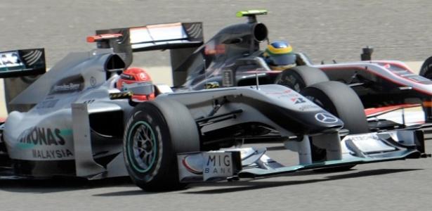 Bruno Senna (ao fundo) divide curva com o heptacampeão Michael Schumacher no Bahrein