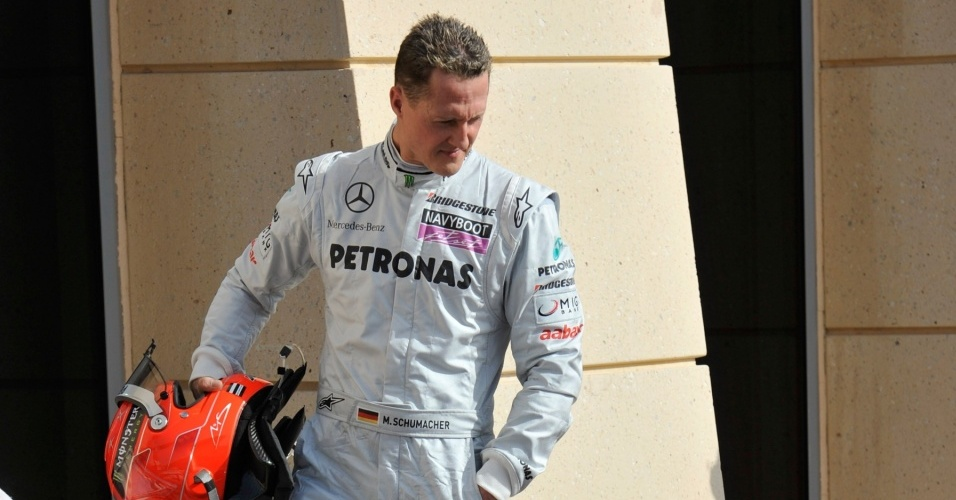Michael Schumacher, sétimo colocado no grid do Bahrein, dá uma espiada no carro da McLaren