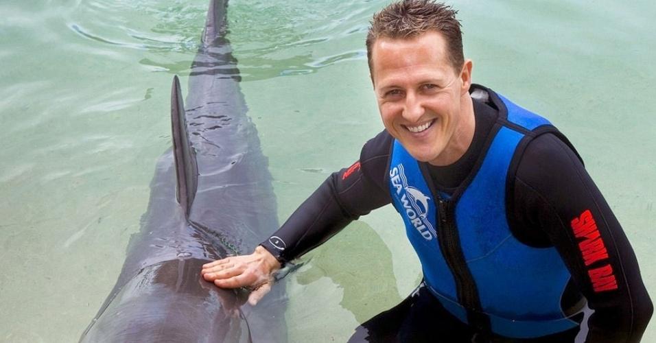 Michael Schumacher nada com golfinhos antes do GP da Austrália