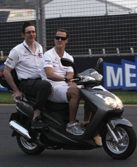 Schumacher anda de moto pelo circuito de Melbourne
