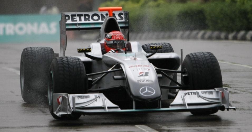 Em pista molhada, Michael Schumacher faz exibição com carro da Mercedes pelas ruas de Kuala Lumpur