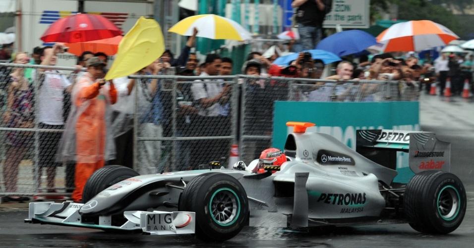Em pista molhada, Michael Schumacher faz exibição com Mercedes pelas ruas de Kuala Lumpur