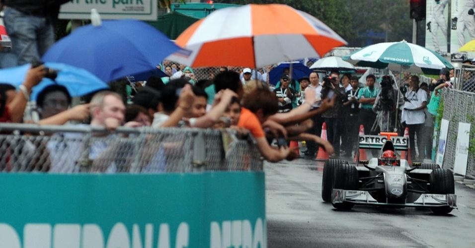 Público malaio acompanha exibição de Michael Schumacher com carro da Mercedes nas ruas de Kuala Lumpur