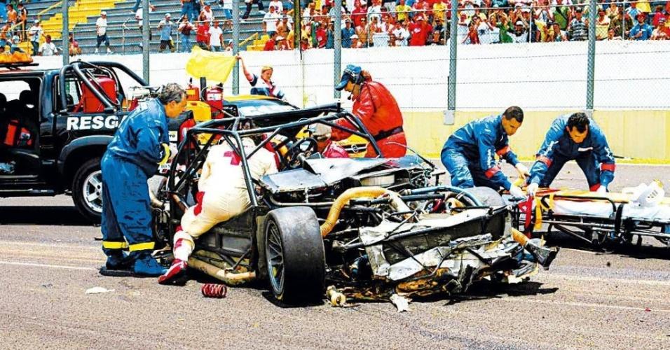 Médicos trabalham no resgate do piloto Rafael Sperafico depois de um grave acidente durante etapa da Stock Car Light, em Interlagos. Sperafico não sobreviveu (09/12/2007)